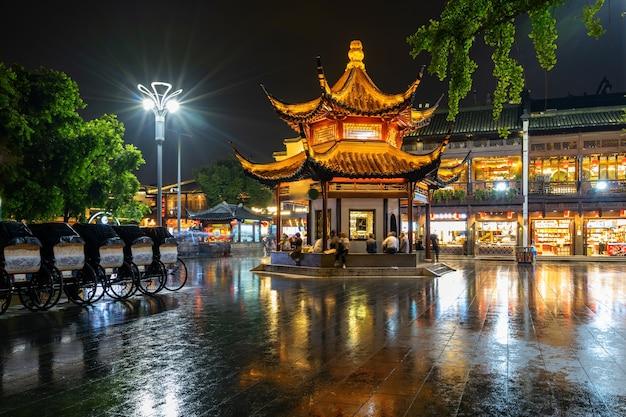 Ночной пейзаж храма конфуция в нанкине, провинция цзянсу, китай