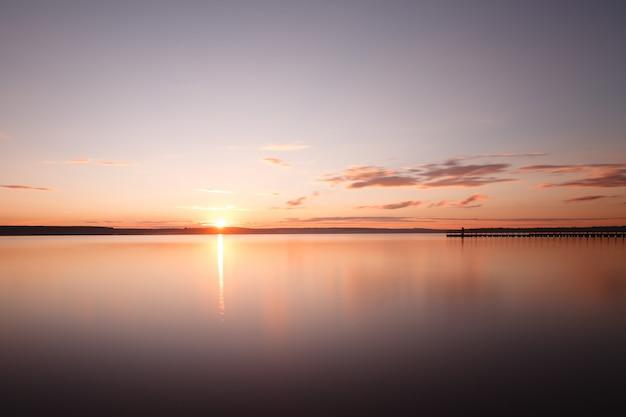 Ночной пейзаж, море до восхода солнца и простирающаяся до горизонта пристань