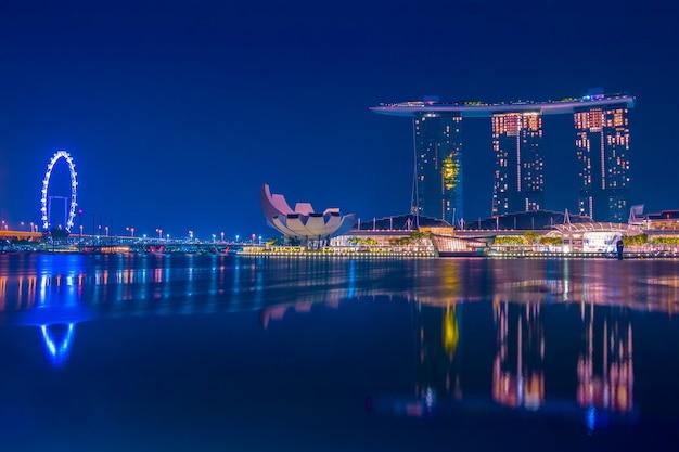 夜のシンガポール。マリーナベイの静けさ。有名なホテル、アートサイエンスミュージアム、観覧車
