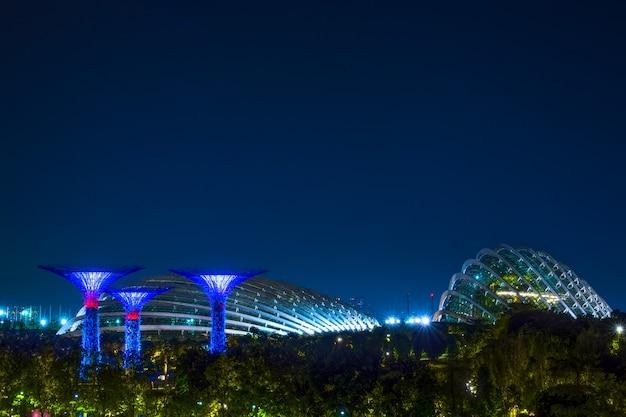 밤의 싱가포르. 슈퍼플라워와 플라워돔이 있는 가든 바이 베이