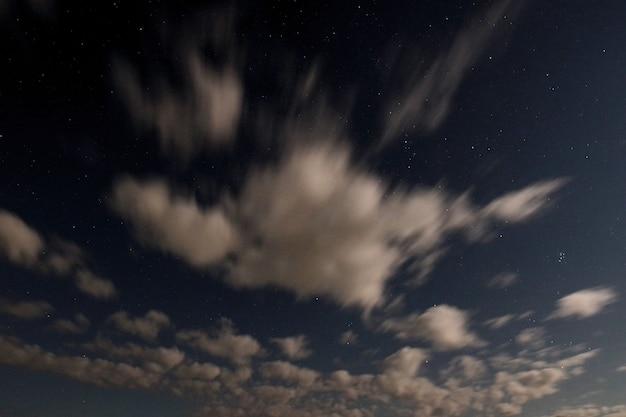 구름과 별이 있는 밤하늘. 디자인 요소, 배경으로 사용할 수 있습니다.