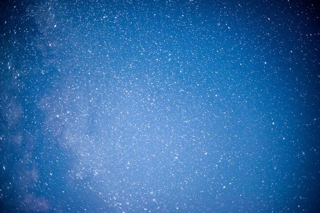 Ночное небо с множеством блестящих звезд, естественный астрофон, размытое изображение с мягким фокусом