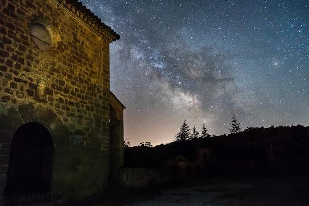스페인의 santa maria de dulcis 교회 위의 은하수와 밤하늘