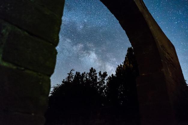 스페인의 폐허를 통해 은하수가있는 밤하늘