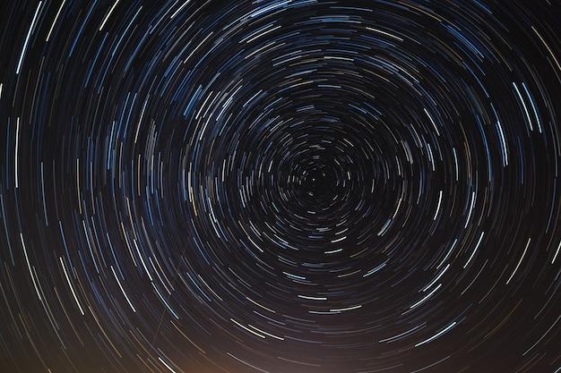 Ночное небо с разноцветными звездными дорожками