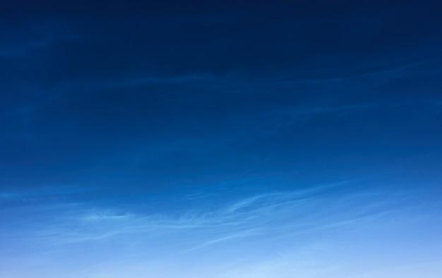 Ночное небо с феноменом ночных сияющих облаков, естественный фон с пространством для вашего собственного текста Premium Фотографии