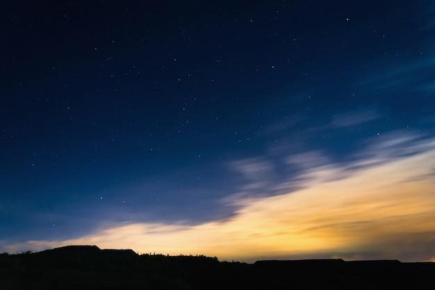 여름에 수평선 실루엣 옆 별과 밤하늘