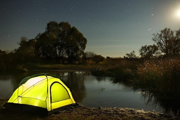 강 관광 텐트 위에 별 밤하늘