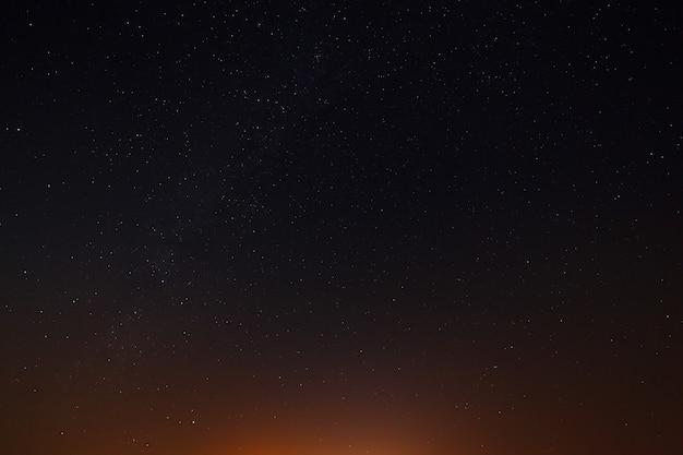 Ночное небо со звездами незадолго до рассвета.
