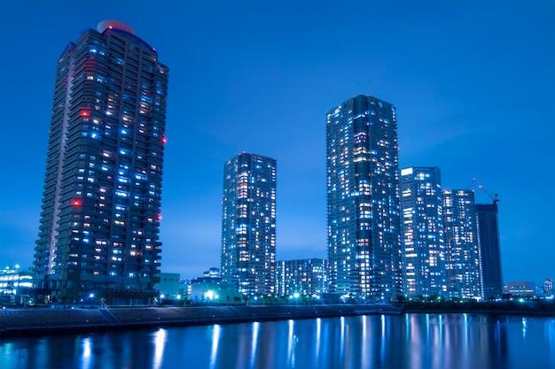 隅田川の水辺に広がる東京都の夜景