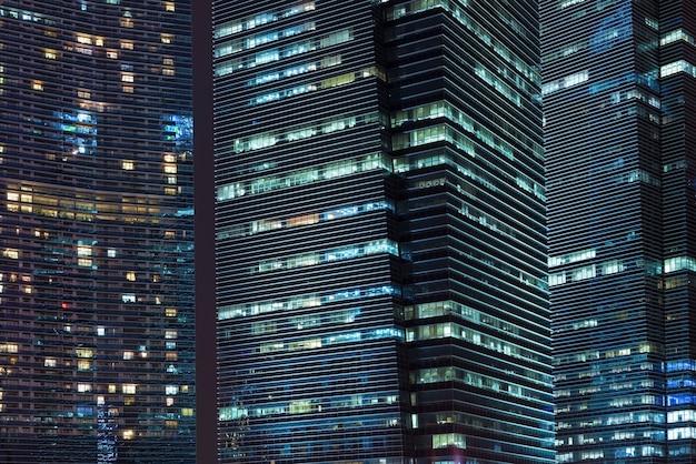 싱가포르 시내의 야간 고층 빌딩 조명