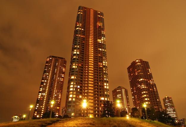 도쿄의 밤 고층 빌딩 주거 지구