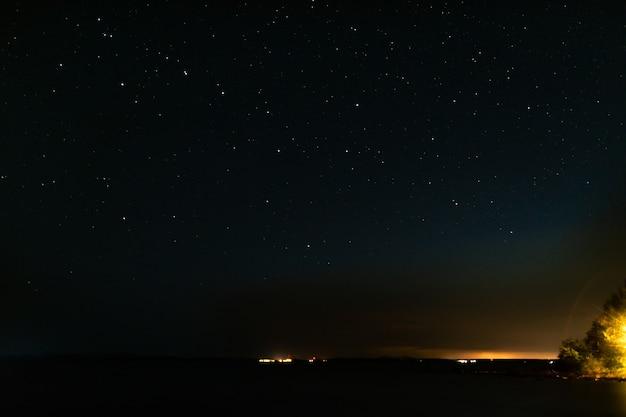 夜の星空と街からの光