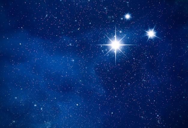 Ночное звездное небо. яркая полярная звезда в глубоком космосе, созвездие на темном небе в качестве фона