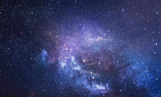 Ночное звездное небо галактики и дальний космос фотоколлаж с земли