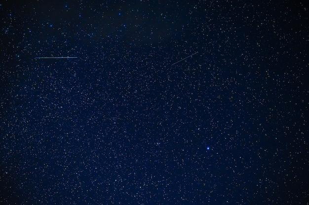 夜の星、星座、星雲、銀河のある夜の星空。抽象的な青い背景