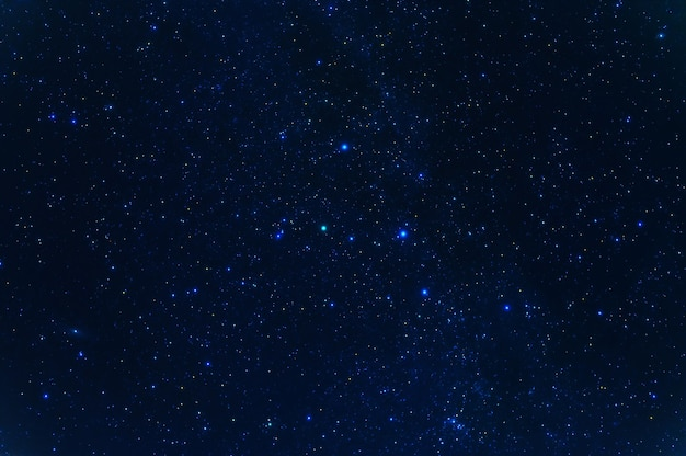 夜の星、星座、星雲、銀河のある夜の星空。抽象的な紺色の背景