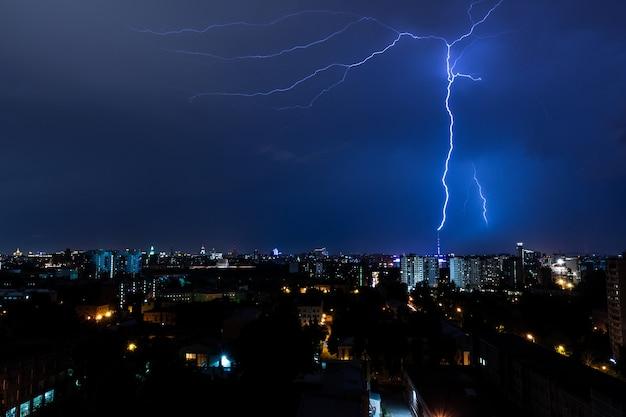 モスクワ市の夜の雷雨