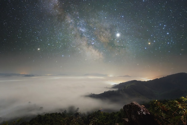 夜の長時間露光風景写真。天の川