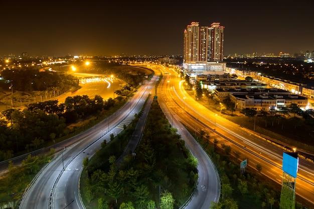 Дорога транспорта в ночное время в пенанге, малайзия.