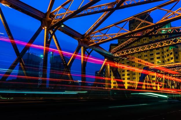 ガーデンブリッジの中の夜の信号が上海の中国。