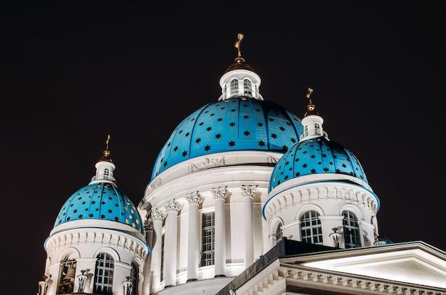 Ночные видовые купола со звездами троицкого собора в санкт-петербурге.