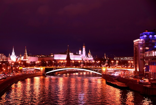 Ночной вид на кремль с москвы-реки в москве