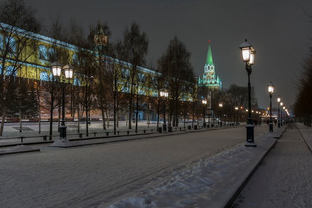 Night view of the kremlin wall and the moscow kremlin in winter