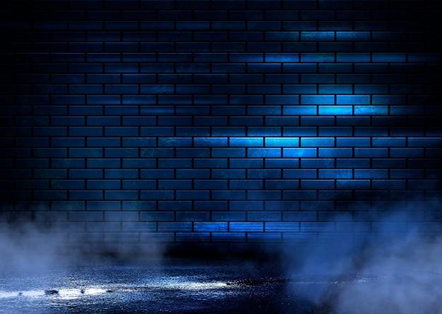 Ночной вид на темную улицу, абстрактная проекция на пустую стену.
