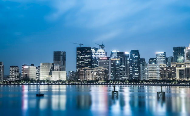 Ночной вид на архитектурный ландшафт и городской пейзаж в финансовом районе ханчжоу