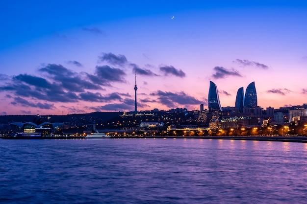 フレイムタワーの高層ビル、テレビ塔、カスピ海の海辺のあるバクーの夜景