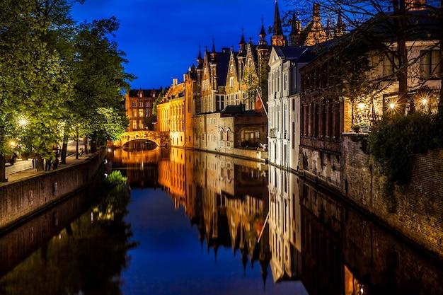 ベルギー、ブルージュ市の夜景、ブルージュ運河のナイトショット、伝統的なベルギー建築