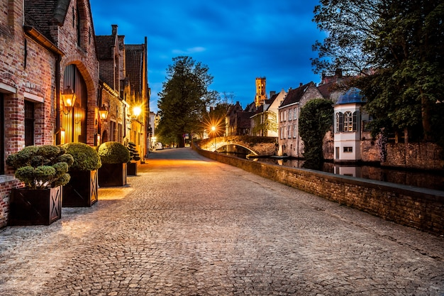 ブルージュ通りの夜景、ベルギー、ブルージュ運河のナイトショット、伝統的なベルギー建築