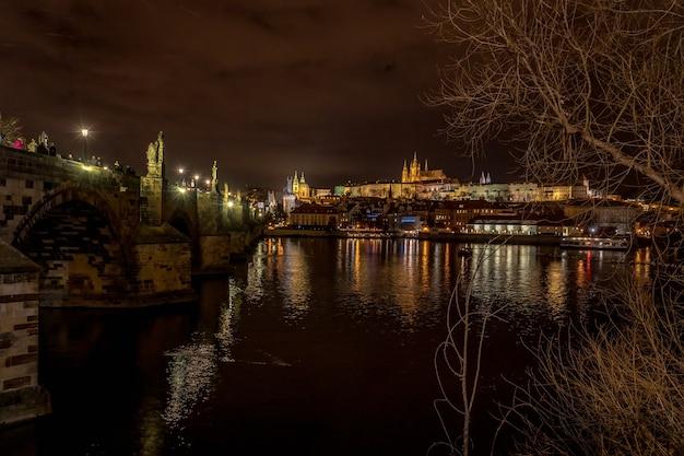 Взгляд ночи карлова моста и mala strana в праге, европе.
