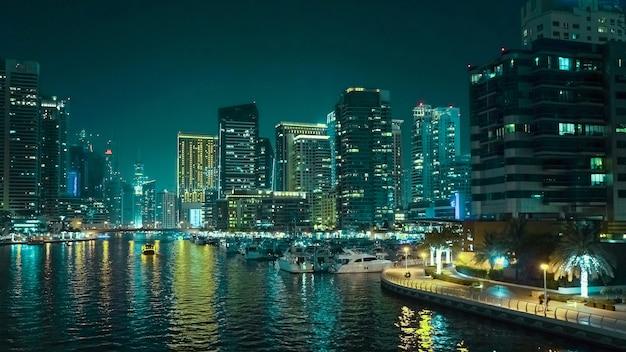 ドバイの夜景モダンなビジネス地区の眺め