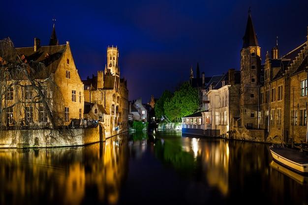 Ночной вид на знаменитый город брюгге, бельгия, ночная съемка каналов брюгге, дома на канале колокольня