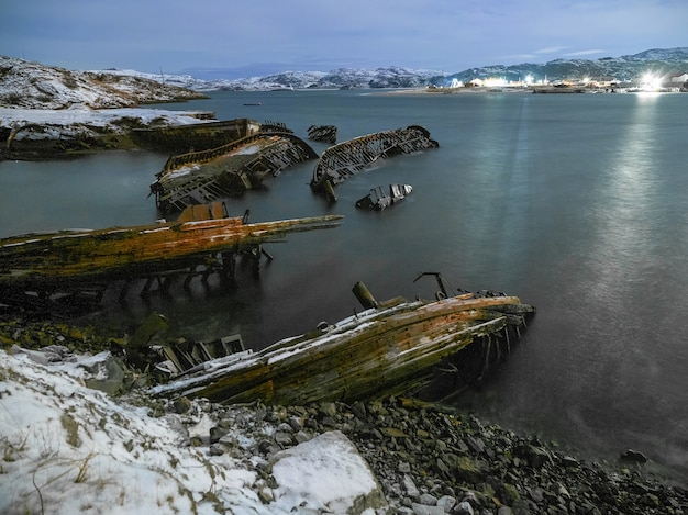 船の墓場、古い漁村、テリベルカ、ロシアの夜景 Premium写真