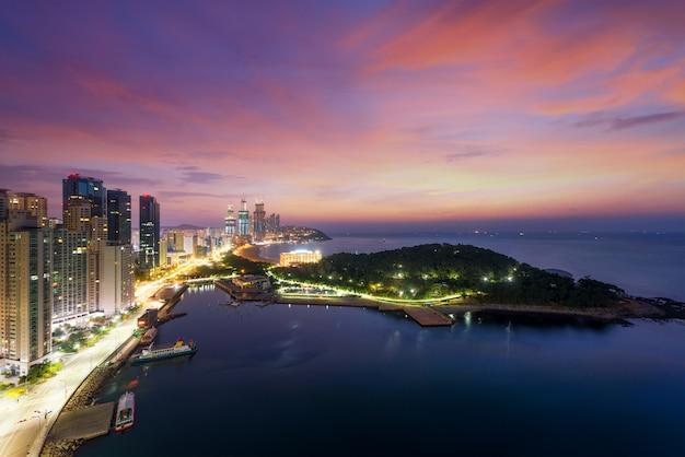 Ночной вид на пляж haeundae. пляж хэундэ является самым популярным пляжем пусана в южной корее.