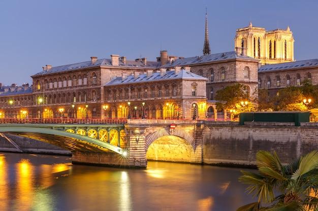 フランス、パリのシテ島とノートルダム橋の夜景