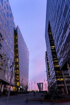 오슬로 비즈니스 센터에서 조명 거리의 야경. 노르웨이의 현대 건축
