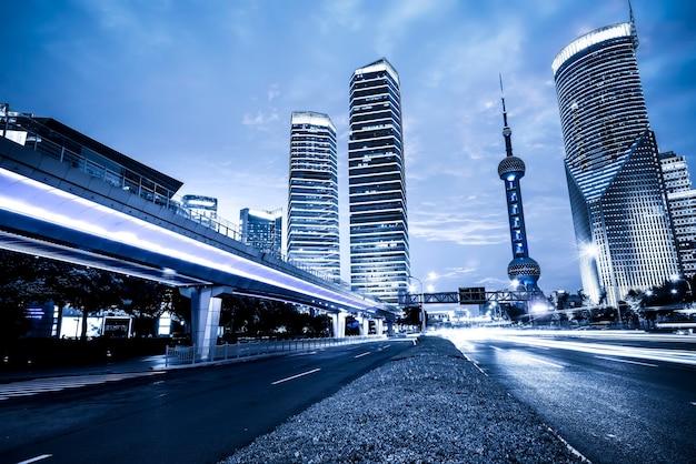 Ночной вид на улицу финансового района луцзяцзуй в шанхае