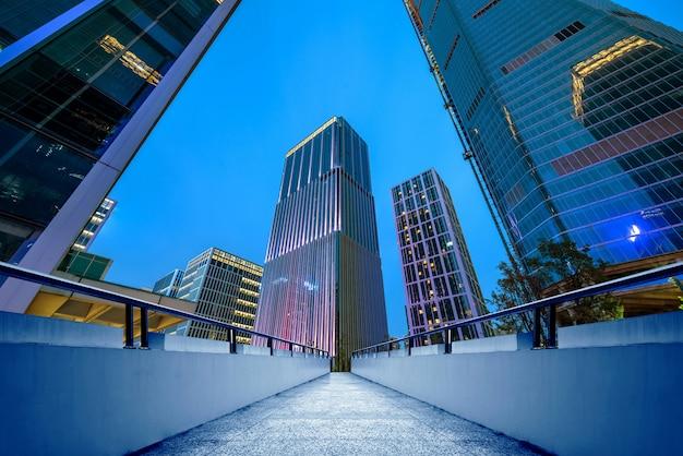 현대적인 건물, 지난, 산 동성, 중국의 야경.