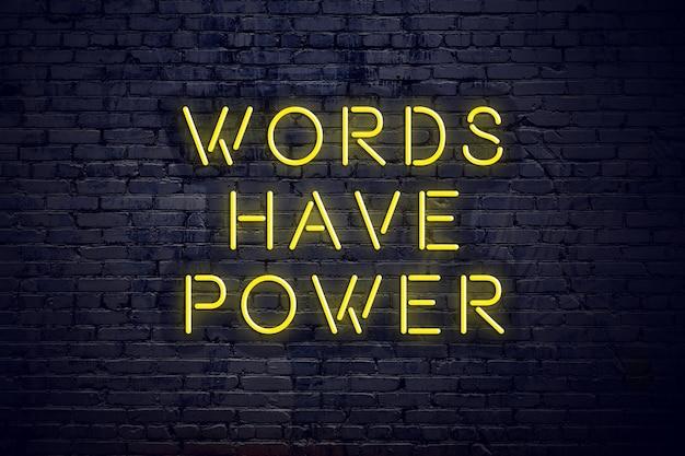 Ночная точка зрения неоновая вывеска с текстом слова имеют силу