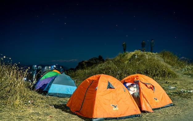 ネパールの屋外テントキャンプの夜景。
