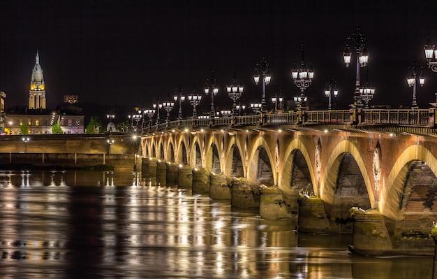ボルドーのポン・ド・ピエールの夜景-フランス、アキテーヌ