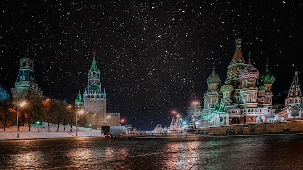 Ночной вид на собор василия блаженного (собор василия блаженного) на красной площади, москва, россия.
