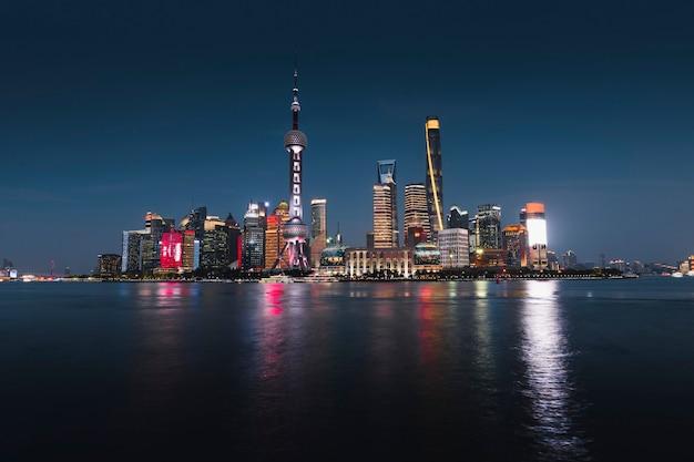 Ночной вид на шанхай и реку хуанпу, китай