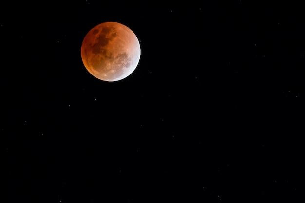 Ночная точка зрения на супер голубую кровавую луну