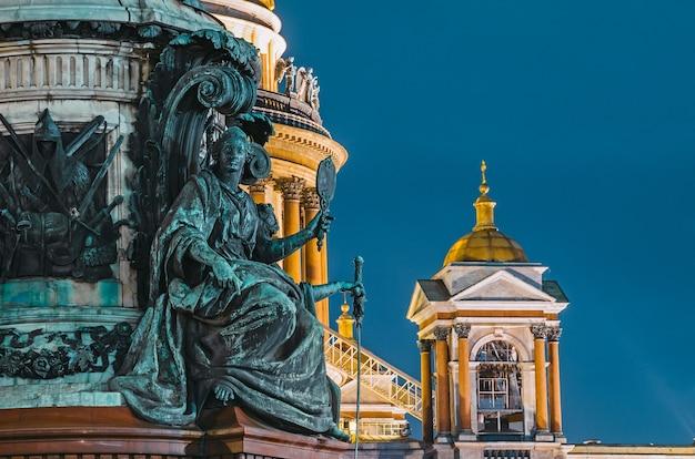 Ночной вид на старинные лепные изваяния и купол исаакиевского собора санкт-петербург.
