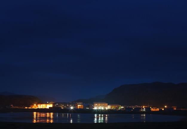 Ночная точка зрения арктической деревни териберка, кольский полуостров, россия.